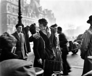 0_Il-Bacio-dellHotel-de-Ville-1950_©-atelier-Robert-Doisneau-586x485